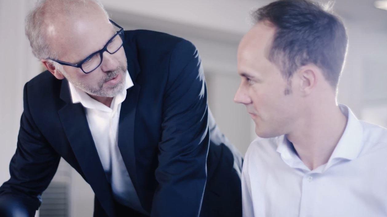 Gespräch zwischen zwei DENIOS Mitarbeitern
