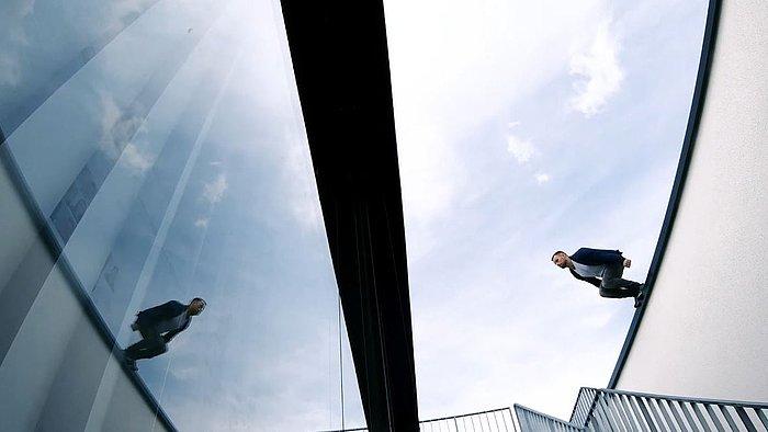 Mann springt von Gebäude zu Gebäude
