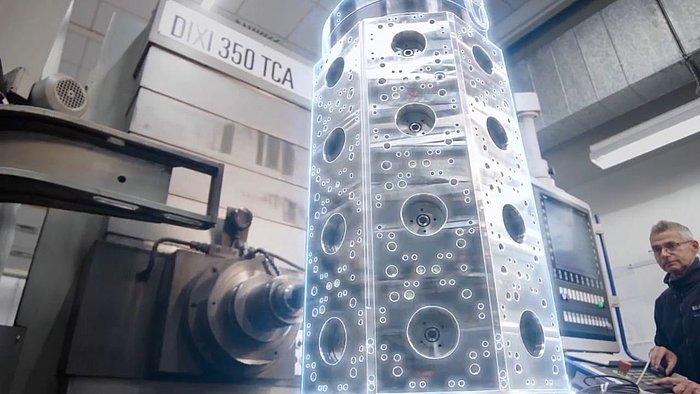 Beispiel eines Imagefilms: Techniker vor Maschine