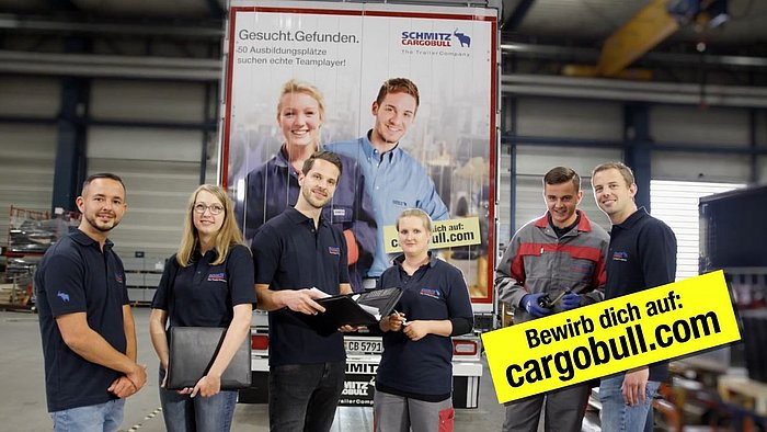 Auszubildende vor Schmitz Cargobull-LKW