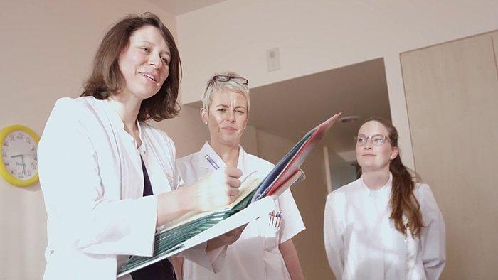 Eine Ärztin und zwei Mitarbeiterinnen bei der Visite