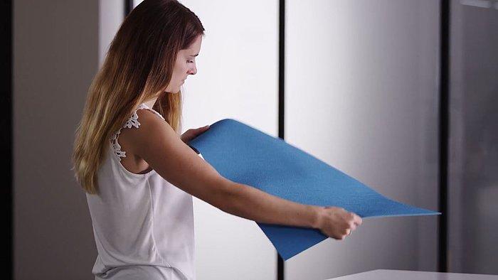 Frau hält blaue Agoform Antirutschmatte