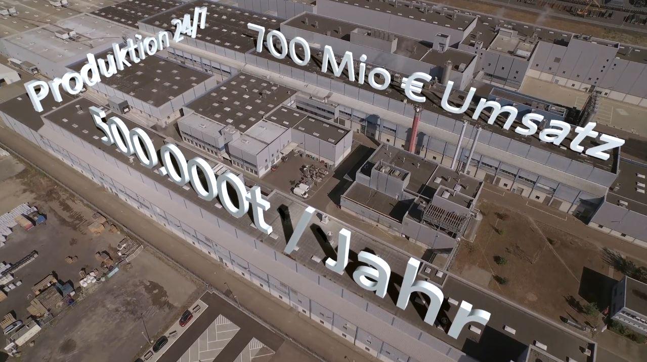 Luftaufnahme des Koehler-Firmengebäudes mit animierten Firmen-Fakten