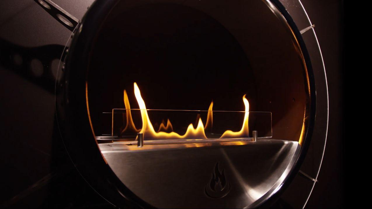 Runder Ofen aus Metall mit Feuer von Spartherm