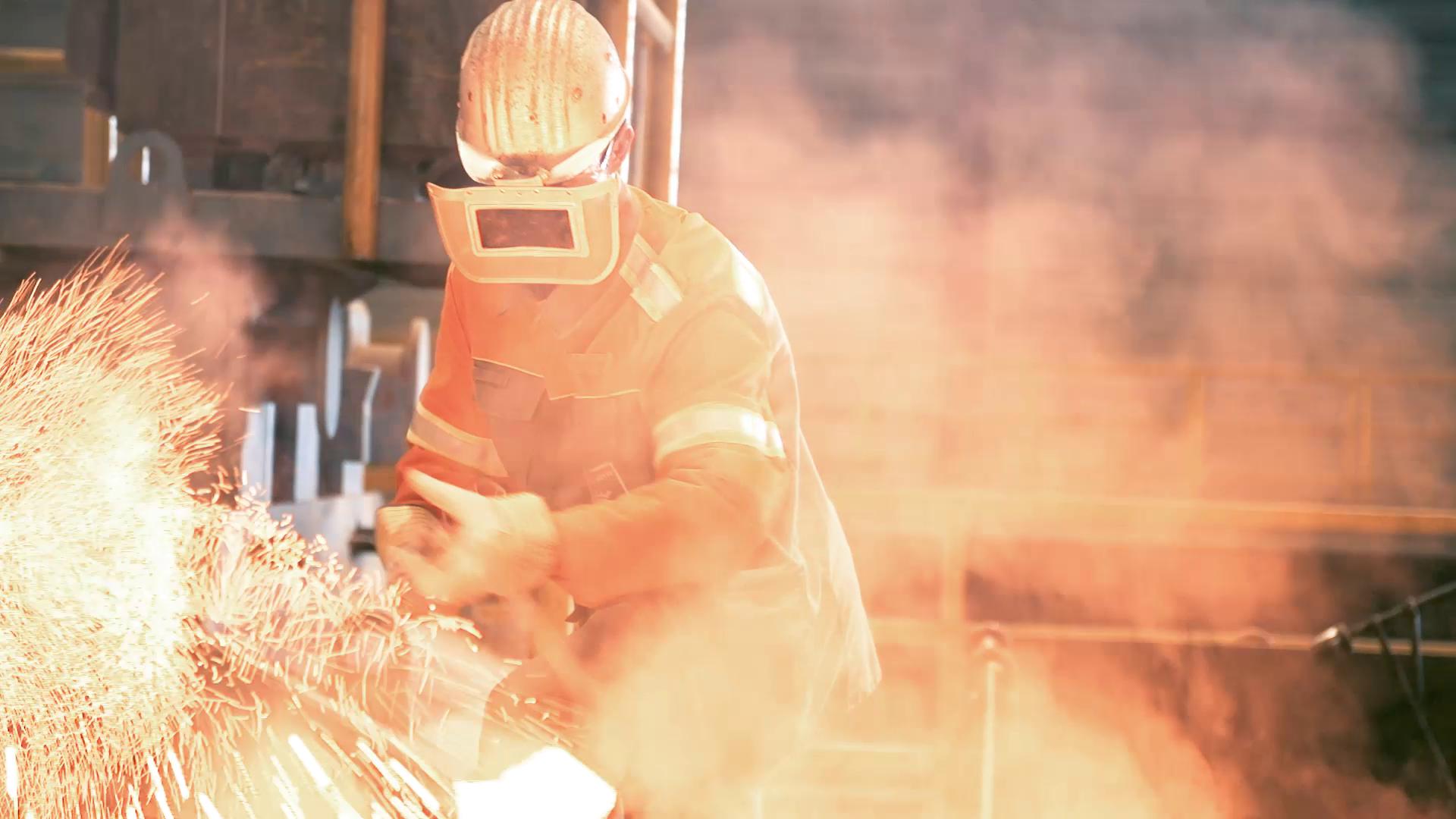 WV Stahl Mitarbeiter in Schutzkleidung beim Schweißen